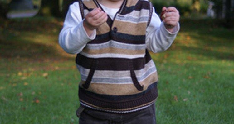 A los 18 meses de edad, tu hijo puede pasar de caminar a correr.
