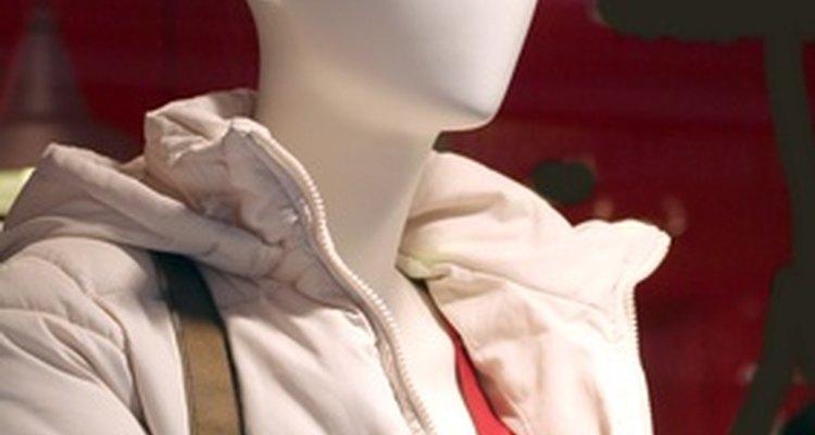 Los vendedores de ropa venden una variedad de atuendos.