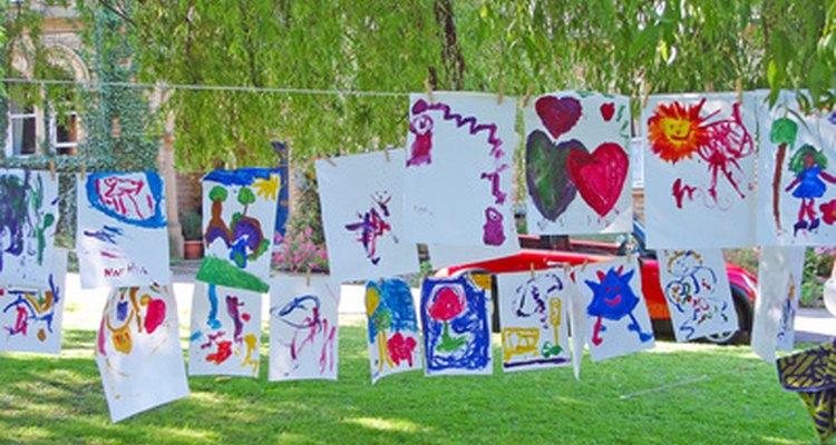 Artes feitas por crianças e penduradas em uma linha para secar