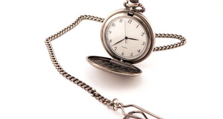 El mecanismo de ajuste desconecta los trenes de engranajes para que las manecillas del reloj se puedan ajustar.