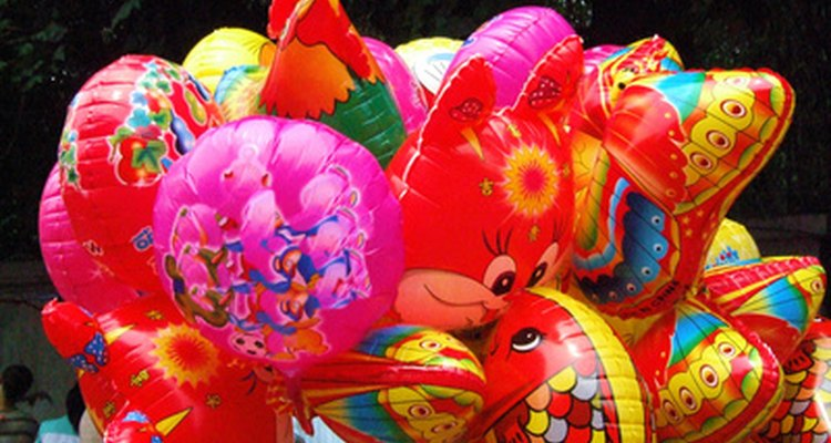Balões de hélio são ótimos para festas, mas você pode aumentar sua durabilidade para que durem mais tempo depois dela