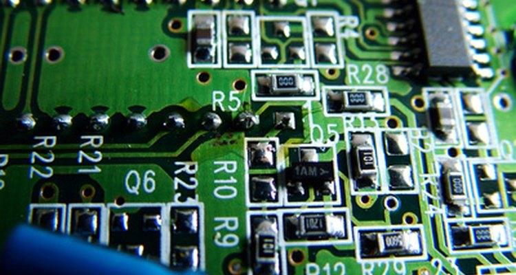 Você pode identificar alguns componentes defeituosos de uma placa simplesmente olhando para ela