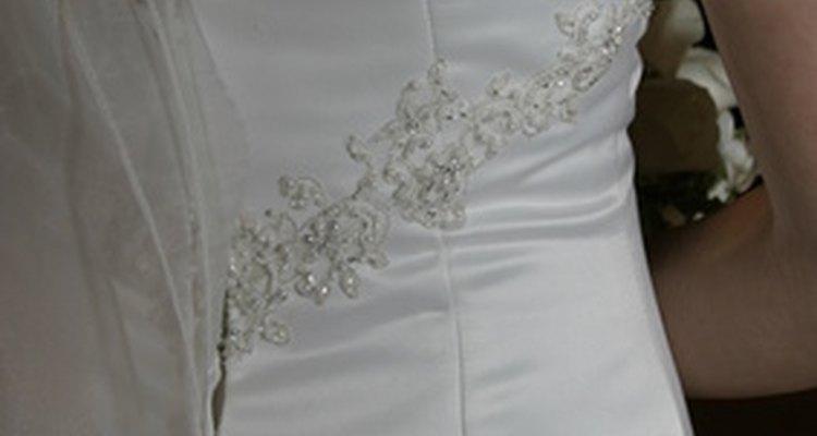 Preserva la belleza de tu vestido blanco quitando las manchas de maquillaje.