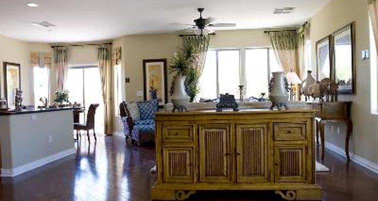 La sala de estar moderna tiene líneas elegantes, opciones de colores llamativos o neutros y un sentido de equilibrio ordenado.