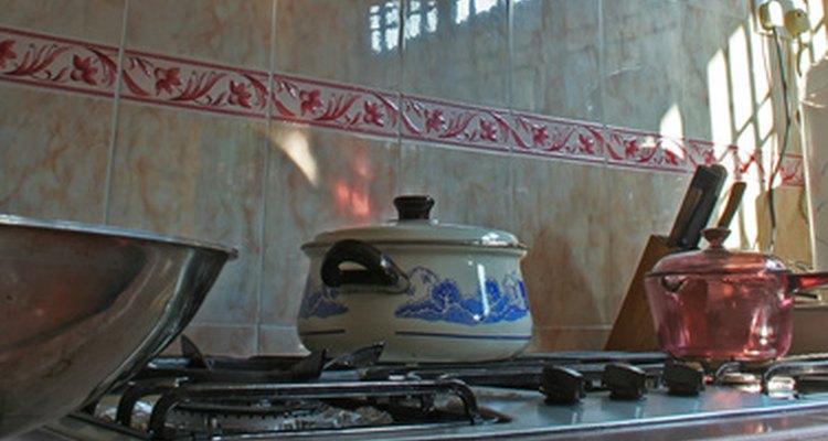Una cocina a gas tiene perillas para controlar la temperatura a lo largo de su parte delantera.