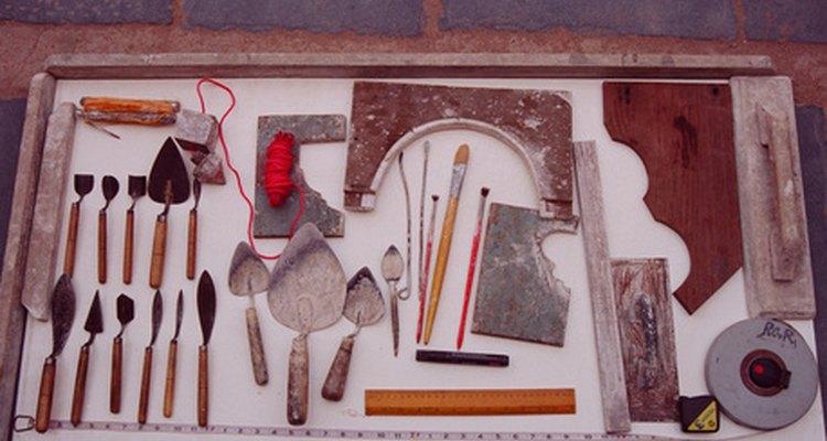 Un juego de carpintero tiene herramientas con una selección de formones en el lado izquierdo.