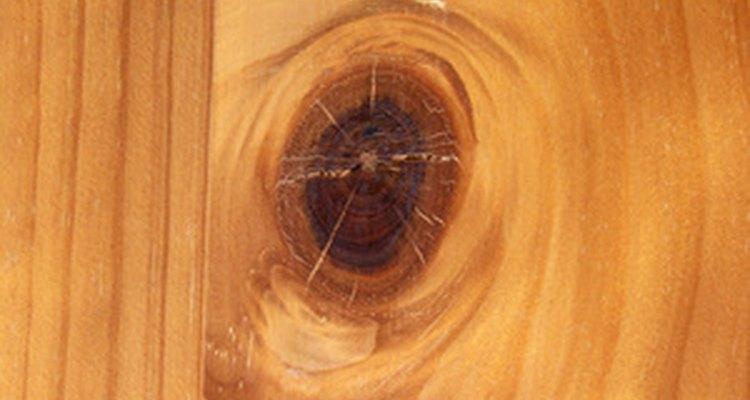 Si bien los nudos son indeseables entre la mayoría de las maderas en los muebles de calidad, la madera de pino es muy apreciada por su carácter rústico.