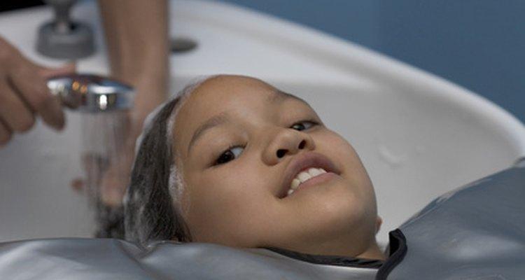 O shampoo de clarificação pode ajudar a remover o mofo e o bolor do cabelo