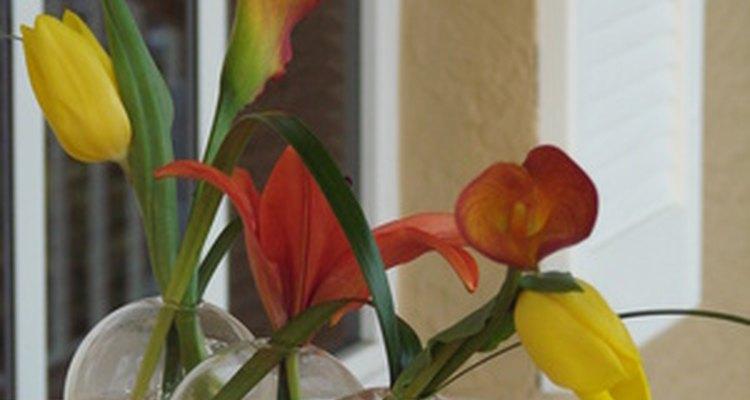 Crea un centro de mesa para fiesta deslumbrante usando jarrones con flores frescas.