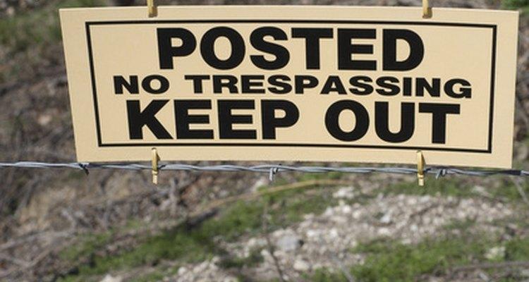 Los letreros de ingreso prohibido se colocan para mantener la seguridad de las personas y de la propiedad.