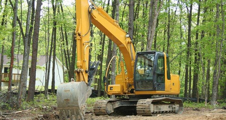 Los operadores de retro-excavadoras a menudo trabajan en terrenos no urbanizados.