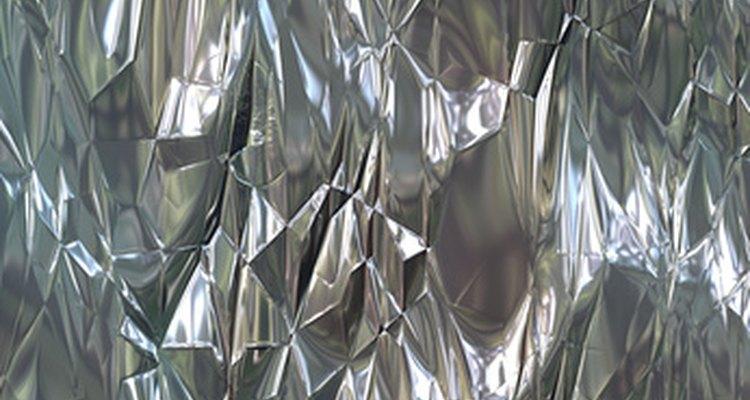 El aluminio es un metal blanco plateado.
