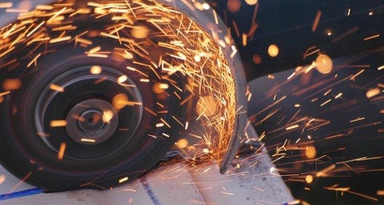 Uma roda de corte abrasiva cortará as telhas onduladas de PVC sem lascar ou rachar a extremidade da folha de PVC