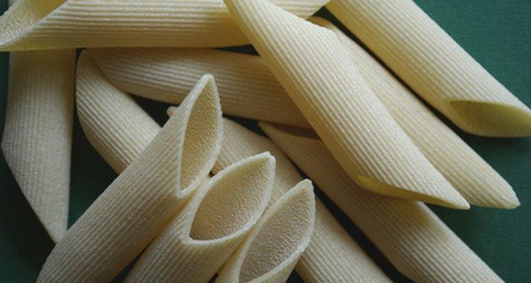 O macarrão penne é uma massa italiana muito comum e cozinha facilmente em água fervente