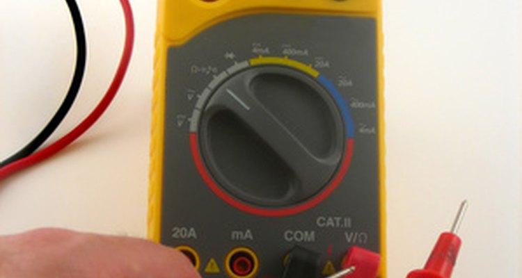 Um multímetro digital pode ser utilizado para testar a bateria CR2032