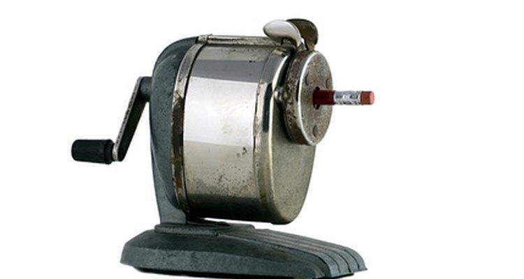 Limpe o depósito de aparas e verifique as lâminas para ter certeza de que elas estejam girando livremente