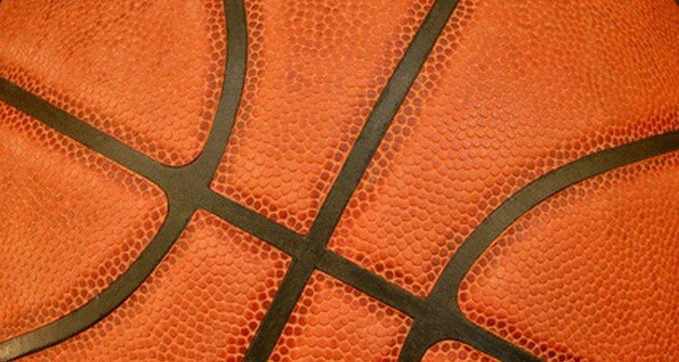 Bolas de basquete em couro podem ficar sujas com o tempo