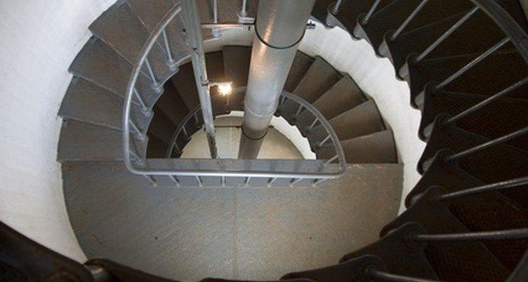 Uma escada em espiral forma um padrão helicoidal, com o qual pode-se calcular o comprimento do corrimão