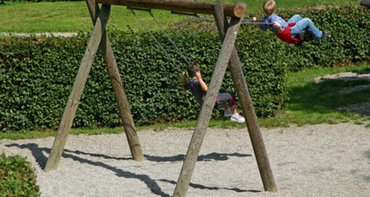 Un simple juego de columpios de madera.