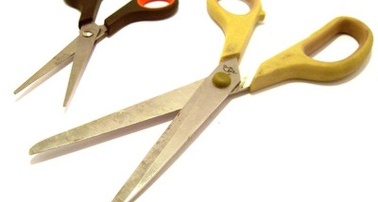 Usar um cortador, ao invés de tesoura, garante um comprimento uniforme para o seu cabelo