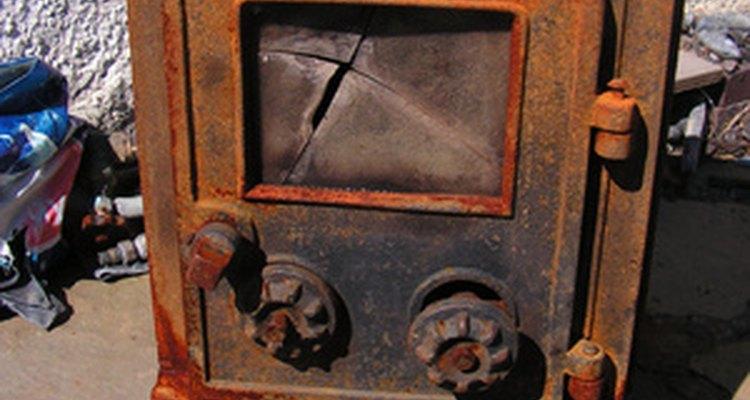 Utiliza una vieja estufa a leña de hierro fundido para hacer un horno para vitrofusión.