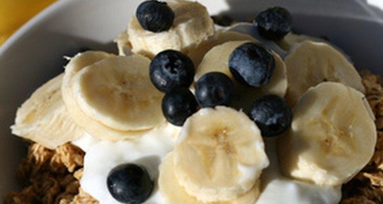 Granola ou muesli com frutas frescas e iogurte fazem um café da manhã saudável