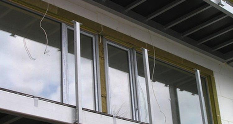 Colas de construção são difíceis de remover da pele e de roupas