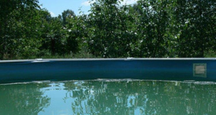 As lonas das piscinas normalmente ficam frouxas quando instaladas acima do solo