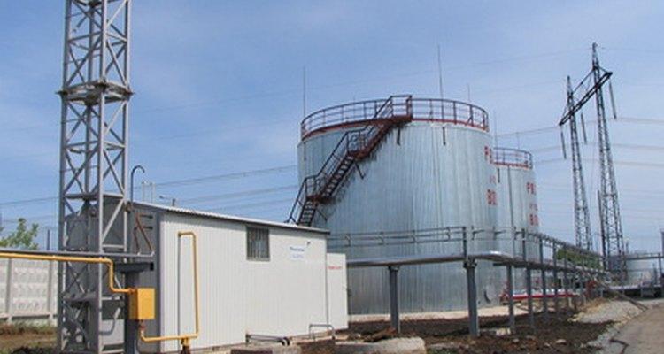 Los ingenieros del petróleo generalmente trabajan en los sitios de producción de petróleo.