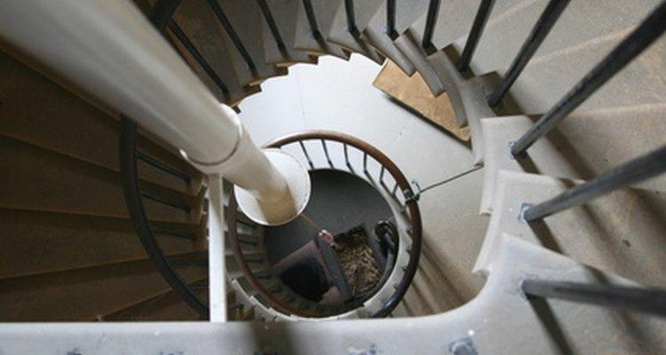 O comprimento do corrimão helicoidal de uma escada em espiral pode ser calculado a partir do diâmetro e da altura da escada