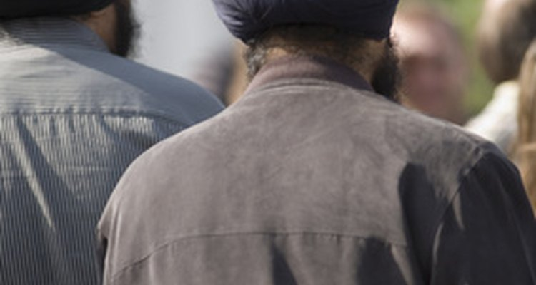 Homens siques usam turbantes que cobrem seus cabelos sem cortar