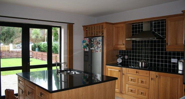La cocina de una casa inteligente puede parecer convencional, pero sistemas como el de la energía inalámbrica proporcionan mayor comodidad y un aspecto más elegante.