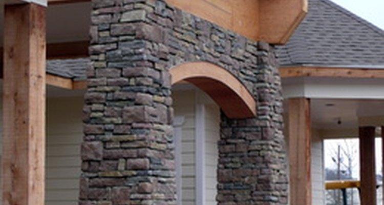 La piedra y el ladrillo reales o de falso acabado pueden transformar el estilo exterior de un hogar.