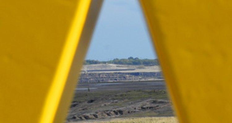 Janela triangular grande dando visão à paisagem