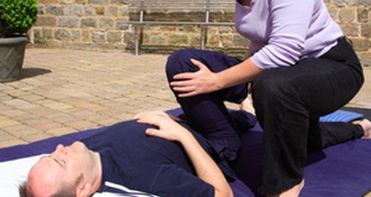Exercícios de alongamento podem ser usados para soltar os músculos tensos e ligamentos