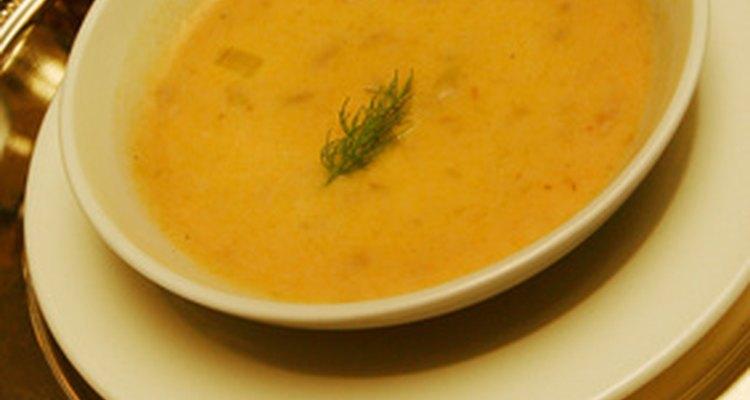 Una sopa de crema con adorno de hierbas.