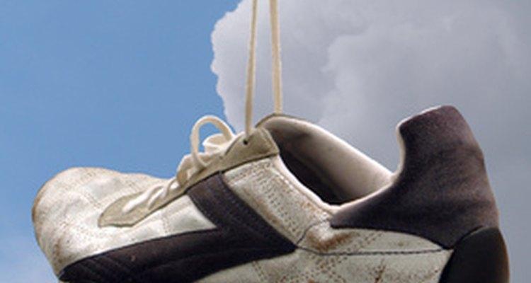 Limpe seus tênis de couro antes de consertar os rasgos