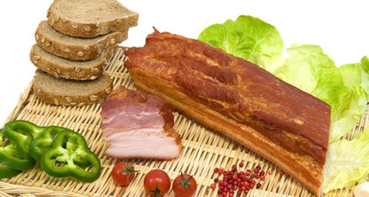 Se añade sal a la carne de cerdo como parte del proceso de elaboración del jamón.