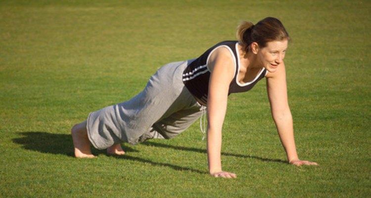 El entrenamiento adecuado y la forma correcta ayudan a prevenir el dolor de codo relacionado a las flexiones.