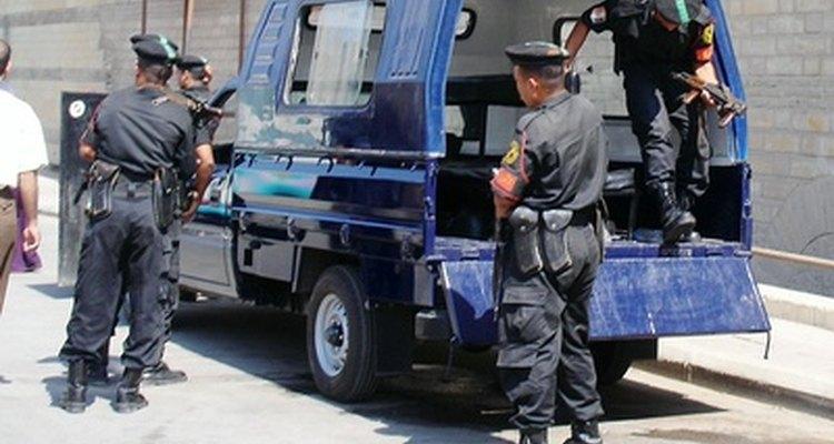 Los oficiales de la policía están entrenados para usar una amplia variedad de herramientas y equipo para proteger y servir.