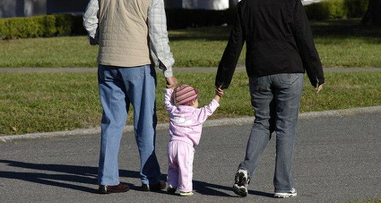 Los bebés eventualmente aprenden a caminar, primero con ayuda, luego solos.