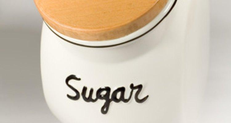 Agregar el azúcar ayuda a que el colorante llegue a los pétalos más rápidamente.