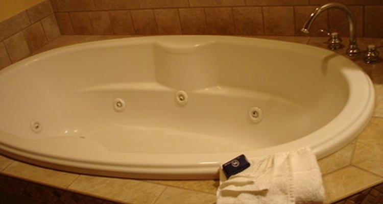 Um vazamento em uma banheira de hidromassagem pode ter muitas causas