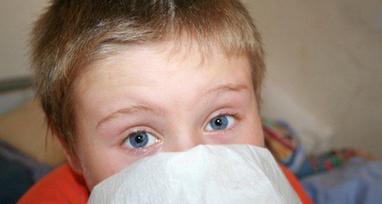 Usa remedios caseros para un niño que tenga tos.
