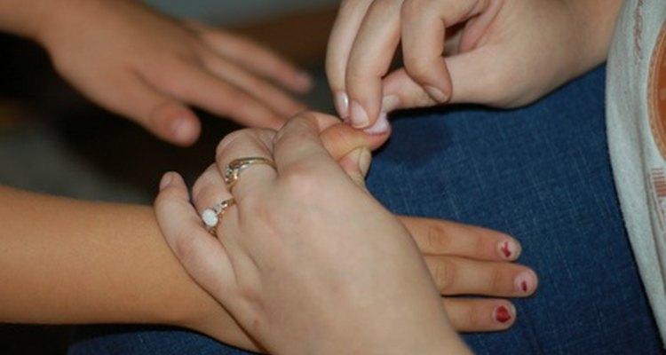 Los juegos de manicura permiten a las niñas consentir a sus amigas.