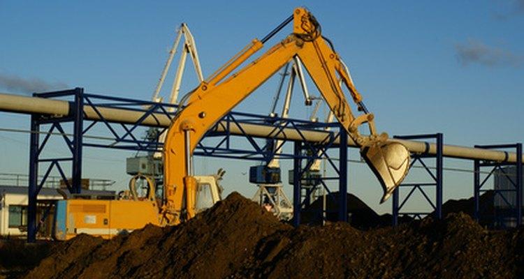 O cilindro hidráulico desse escavador dá grande força para cavar buracos no solo duro
