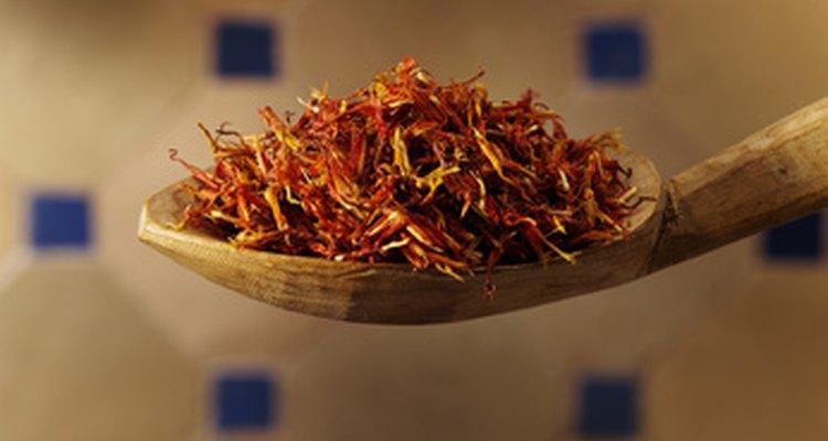El azafrán se hace con la parte del medio o estigma de la flor del azafrán.