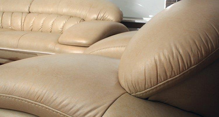 Remova o vômito do seu sofá de couro o mais rápido possível
