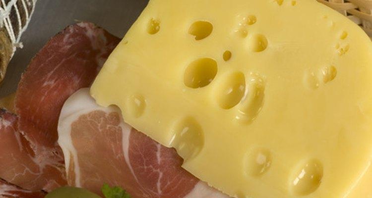Como tem furos para respiração, o pano de fazer queijo também é usado para embrulhar queijo e carne