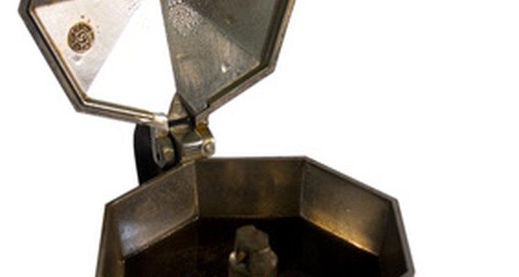 Compara las diferencias entre las cafeteras italianas de acero y aluminio.